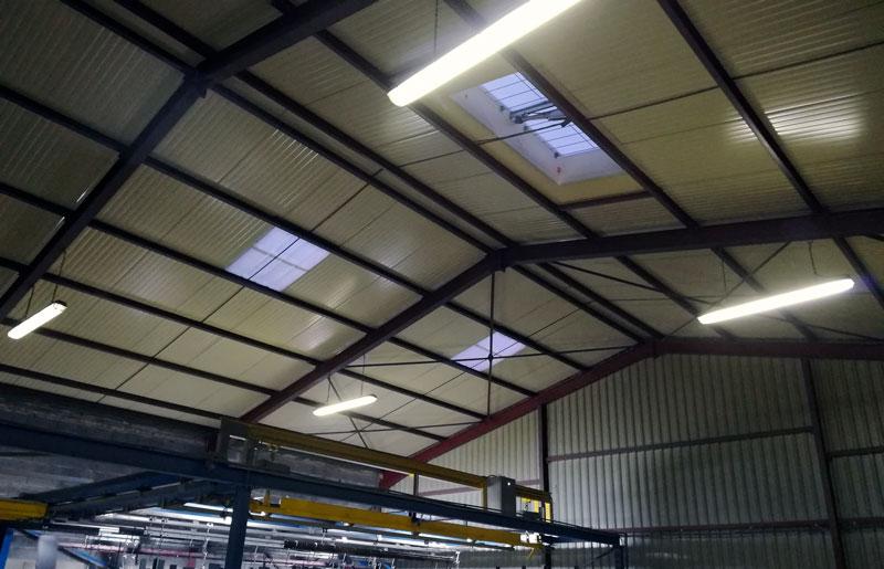 Pose d'éclairage dans bâtiment professionnel