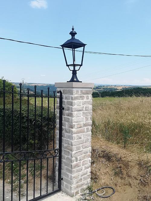 éclairage extérieur sur pilier