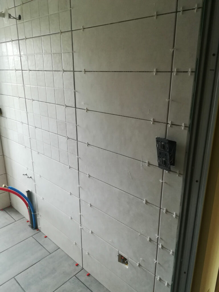 pose mosaïque au mur